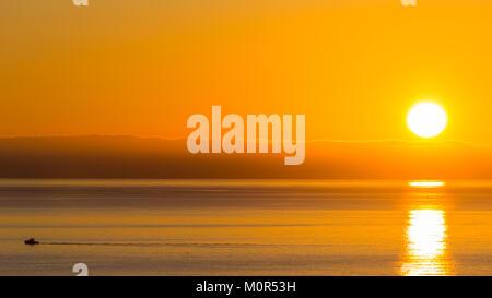 Poniente Beach, Benidorm, Costa Blanca, Spain, 24th January 2018. The winter sun rises in Benidorm, Spain. Temperatures - Stock Image