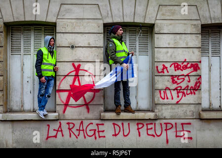 Paris, France. 1st December, 2018.  Protesters during the Yellow Vests protest against Macron politic. Credit: Guillaume Louyot/Alamy Live News - Stock Image