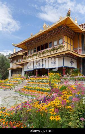 Beautiful flowering garden in front of Norbulingka The Summer Palace, Lhasa, Tibet - Stock Image