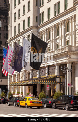 Taxi cabs and cars for hire in front of the Plaza Hotel in Manhattan, New York City, USA - Stock Image
