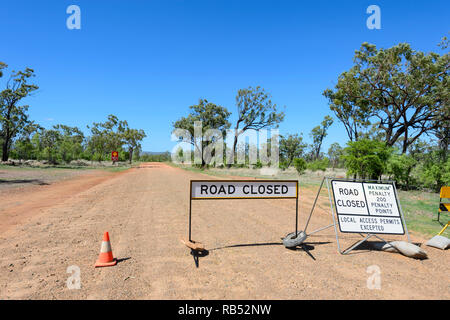 Road Closed sign on dirt road leading from Mount Surprise to Einasleigh, Queensland, QLD, Australia - Stock Image