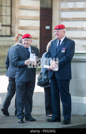 Portsmouth, UK. 15th Aug, 2015. Two veterans in red berets wait for the start of the VJ Day 70th anniversary memorial - Stock Image