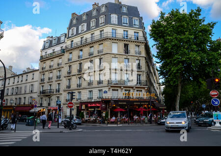 Cafe le Dome, Paris, France. Customers dining outside, eating al fresco in evening, dusk. Restaurant Doina. Pavement. People and traffic - Stock Image