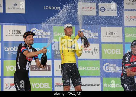 London, UK.  11th September 2016. Tour of Britain stage 8, circuit race.  Steve Cummings celebrates his tour victory - Stock Image