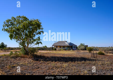 A building at the remote locality of Rawlinna in the Nullarbor plain, Western Australia - Stock Image