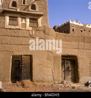 Mudbrick city wall Sada Yemen - Stock Image