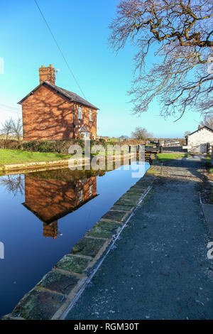 A lock keepers cottage on the Llangollen Canal Cheshire England UK - Stock Image