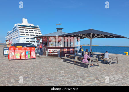 Ice and refreshment stall on the Langelinie pier in the harbour of Copenhagen in late summer. Cruise ship NAUTICA moored at the Langelinie quay. - Stock Image