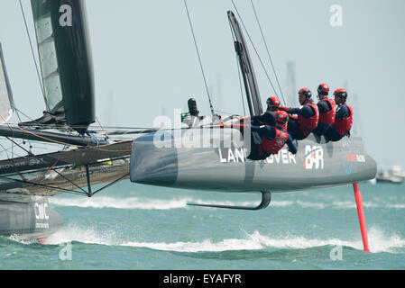 Portsmouth, UK. 25th July 2015. Landcover BAR cross the line to win the first of Saturdays races in the America's - Stock Image