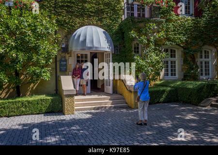 tourists, visitors, visiting, wine tasting room, Jordan Winery, Healdsburg, Alexander Valley, Sonoma County, California, - Stock Image