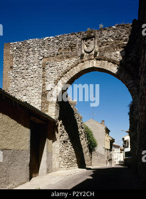 Cuellar, province of Segovia, Castile and Leon, Spain. The Arch of Saint Andrew. Only this Moorish arch remains from one of the gates comprising the second wall enclosure. Semi-circular arch with a brick alfiz, subsequently reinforced with limestone voussoirs, stands out; the arch keystone features the coat of arms of the Council of Cuellar. 14th century. - Stock Image