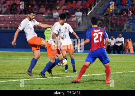 Johor Bahru, Malaysia. 24th Apr, 2019. Graziano Pelle (1st L) of Shandong Luneng scores during AFC Champions League group match between Johor Darul Ta'zim and Shandong Luneng FC in Johor Bahru, Malaysia, April 24, 2019. Credit: Chong Voon Chung/Xinhua/Alamy Live News - Stock Image