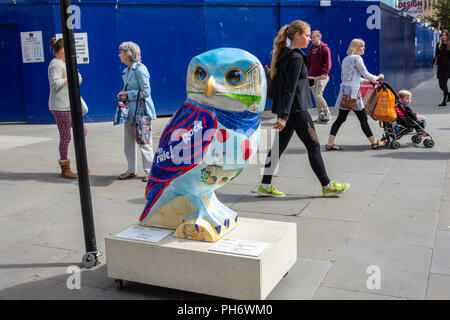 Metro Owl sponsored by Metro Bank part of the Minervas owls of Bath sculpture trail - Stock Image