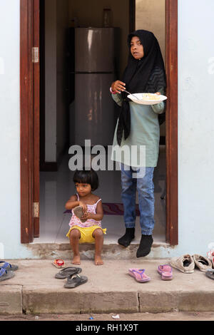 Maldives children - two maldivian children at the entrance to their house, Ukulhas island, Alif Alif atoll, The Maldives, Asia - Stock Image