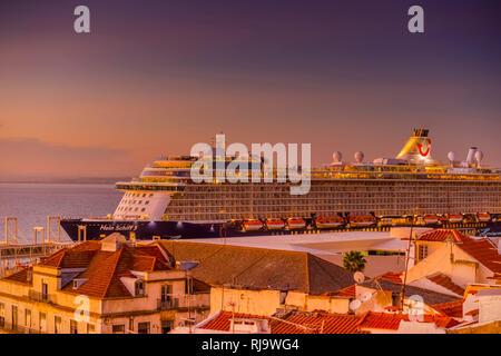 Europa, Portugal, Lissabon, Alfama, Tajo, Tejo, Schiff, Kreuzfahrtschiff - Stock Image