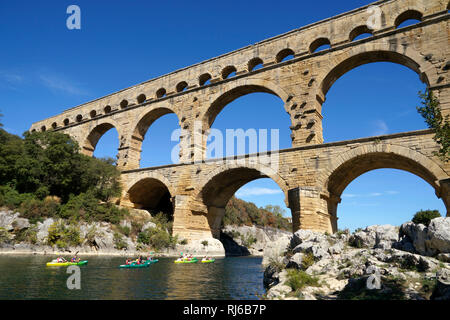Europa, Frankreich, Provence-Alpes-Cote d'Azur, Avignon, Pont du Gard, Kajaks - Stock Image