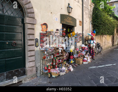 Trinket shop on the old streets of Lucca, Tuscany, Italy - Stock Image