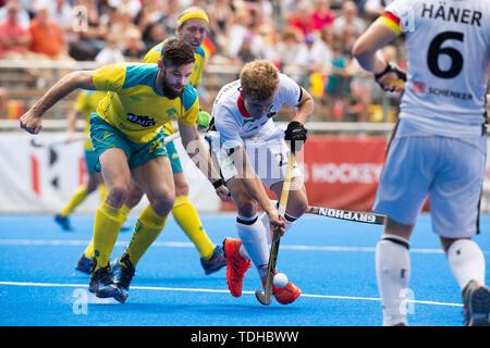 Krefeld, Germany, June 16 2019, hockey, men, FIH Pro League, Germany vs. Australia:  Trent Mitton (Australia, L) and  Niklas Bosserhof (Germany) compete.  Credit: Juergen Schwarz/Alamy Live News - Stock Image