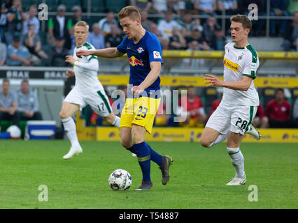 sports, football, Bundesliga, 2018/2019, Borussia Moenchengladbach vs RB Leipzig 1-2, Stadium Borussia Park, scene of the match, two-time goal scorer Marcel Halstenberg (RBL) in ball possession, behind f.l. Oscar Wendt (MG) and Matthias Ginter (MG), DFL REGULATIONS PROHIBIT ANY USE OF PHOTOGRAPHS AS IMAGE SEQUENCES AND/OR QUASI-VIDEO - Stock Image