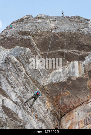 Abseilers and rock climbers just below the summit of Table Mountain in Cape Town. - Stock Image