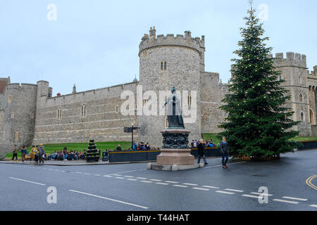 16 December 2018, Windsor, UK - Queen Victoria statue outside of Windsor Castle on the corner of Castle Hill, Windsor, UK - Stock Image