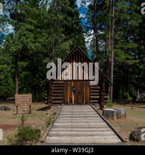 Log cabin at Mcarthur-Burney Falls Memorial State Park, built by the Civilian Conservation Corps in 1984, front view - Stock Image