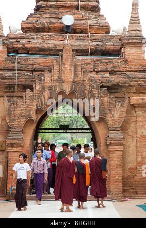 Market outside of Htilominlo temple, Old Bagan and Nyaung U village area, Mandalay region, Myanmar, Asia - Stock Image