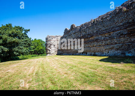 Wall of Pevensey Castle in East Sussex showing Roman brickwork and flint construction - Stock Image