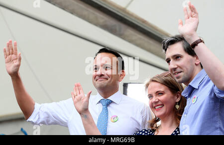 An Taoiseach Leo Varadkar (left), Minister for Health Simon Harris and Senator Catherine Noone wave to the crowd at Dublin Castle as they arrive for the results of the referendum on the 8th Amendment of the Irish Constitution which prohibits abortions unless a mother's life is in danger. Picture date: Saturday May 26, 2018. See PA story IRISH Abortion. Photo credit should read: Brian Lawless/PA Wire - Stock Image