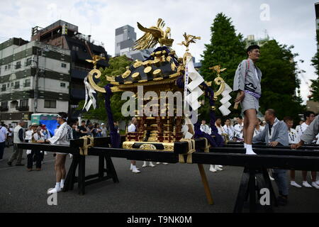 TOKYO, JAPAN - MAY 18: A portable shrine at rest during Tokyo's one of the largest three day festival called 'Sanja Matsuri' on May 18, 2019 in Tokyo, Japan. A boisterous traditional mikoshi (portable shrine) is carried in the streets of Asakusa to bring luck, blessings and prosperity to the area and its inhabitants. (Photo: Richard Atrero de Guzman/ AFLO) - Stock Image