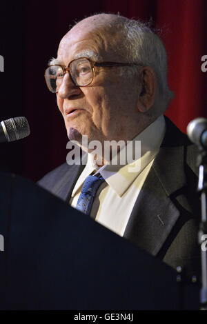Bellmore, New York, USA. July 21, 2016. Actor ED ASNER, who portrayed Lou Grant in Mary Tyler Moore Show, receives - Stock Image