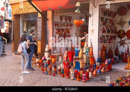Marrakech Shop - a tourist couple shopping in the shops, Marrakesh medina, Marrakech Morocco North Africa - Stock Image