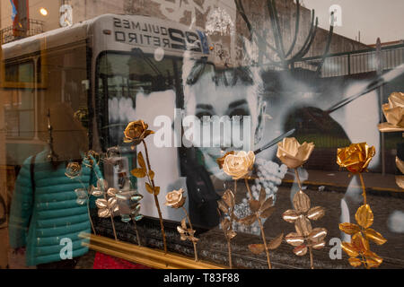 Window of the goldsmith Juan Carlos Pallarols's business with the roses realized in gold and silver together with a portrait of the actress Hepburn - Stock Image