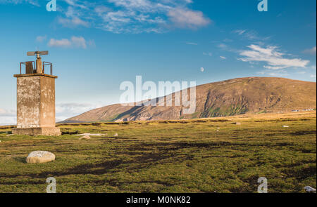 lLighthouse at Bloody Foreland, with Cnoc Fola (Knockfola, Hill of Blood) in the background, at the north-west tip - Stock Image