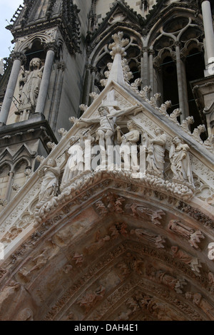 Top of the Central Portal of Reims Cathedral, Reims, Marne, Champagne-Ardennes, France. The Crucifixion of Christ - Stock Image