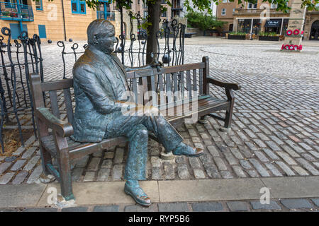 Sculpture by Lucy Poett of Sandy Irvine Robertson OBE, founder of the Scottish Business Achievements Award Trust.  Leith, Edinburgh, Scotland, UK - Stock Image