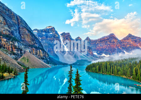 Sunrise over the Valley of the Ten Peaks with glacier-fed Moraine Lake in the foreground in the Canadian Rockies. - Stock Image