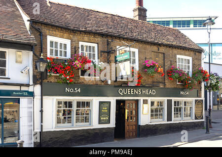 16th century The Queen's Head Pub sign, Windsor Street, Uxbridge, London Borough of Hillingdon, Greater London, England, United Kingdom - Stock Image