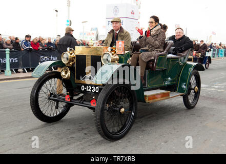 Mr Duncan Wiltshire driving an 1904 Lanchester, across the finishing line of the 2018 London to Brighton Veteran Car Run - Stock Image