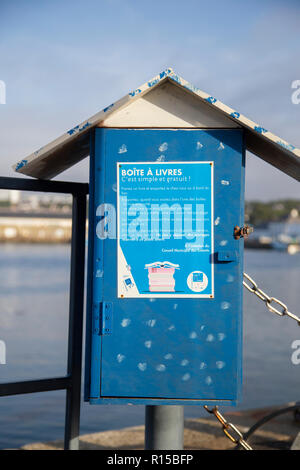 Lending Book Library on harbour wall next to ferry stand - Stock Image