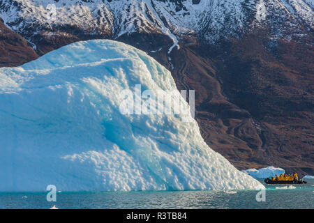 Greenland, Scoresby Sund, Gasefjord. Iceberg with suncups and a zodiac - Stock Image