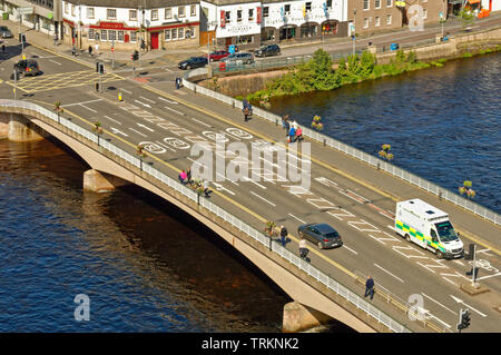 INVERNESS CITY SCOTLAND CENTRAL CITY THE RIVER NESS AND NESS ROAD BRIDGE WITH PEDESTRIANS AND TRAFFIC - Stock Image