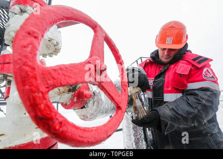 KOGALYM, RUSSIA – MARCH 21, 2019: A worker shows oil samples at the Yuzhno-Yagunskoye oil field developed by Kogalymneftegaz, a subsidiary of the Lukoil-West Siberia oil and gas company. Vyacheslav Prokofyev/TASS - Stock Image