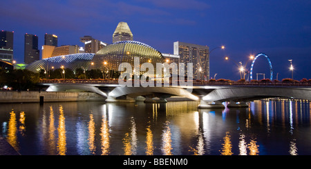 Skyline of Singapur Esplanade Marina Square big wheel at twilight South East Asia twilight - Stock Image