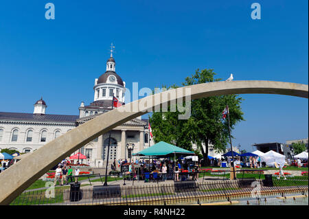 Confederation Park and City Hall, with part of the Confederation Arch in the foreground. Kingston, Ontario, Canada. - Stock Image