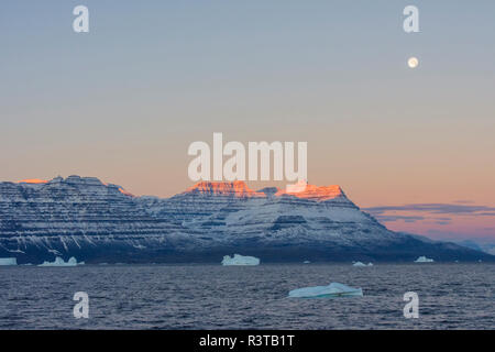Greenland. Scoresby Sund. Gasefjord (Gooseford) Alpenglow on the mountain as the moon sets. - Stock Image