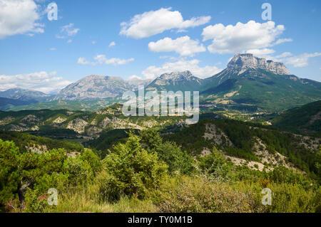 View of towns of Belsierre, Puyarruego and Laspuña with Sierra Ferrera and Peña Montañesa peak (Laspuña, Sobrarbe, Huesca, Pyrenees, Aragon, Spain) - Stock Image