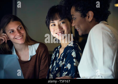 Businesswomen using laptop - Stock Image