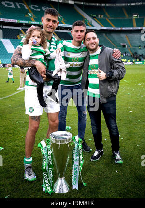 Celtic's Nir Bitton (left) with his daughter and friends after winning the Ladbrokes Scottish Premiership match at Celtic Park, Glasgow. - Stock Image