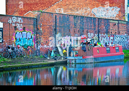 Canal Grafitti, Leed to Liverpool Canal, Leeds, England - Stock Image